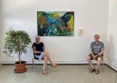 Anne Haber und Fabian Sommer von der Astrid-Lindgren-Schule vor Kunstwerk im Impfzentrum Kempten